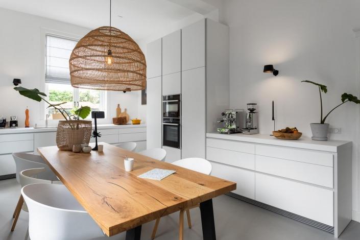 Modern strakke witte keuken b1 Bulthaup